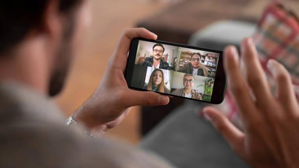 parlare e lavorare sul cellulare - video call foto e immagini stock