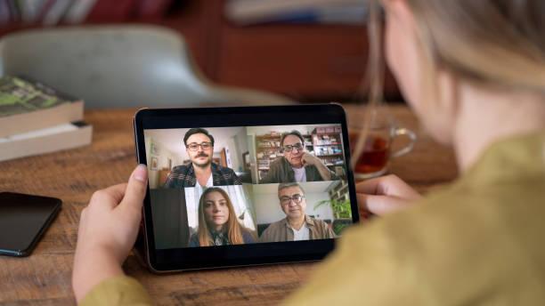 parlare e lavorare sul tablet digitale - video call foto e immagini stock