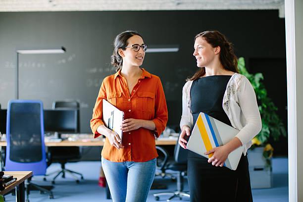 Talking business during an office walk – Foto
