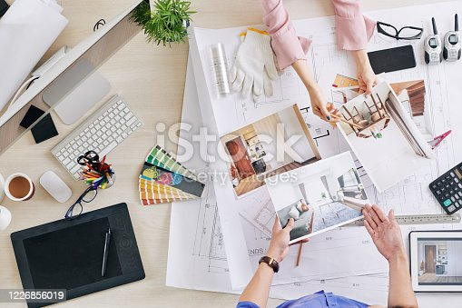 istock Talking designer and client 1226856019