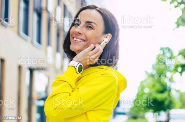 Talking to freind a closeup photo of a gorgeous girl in a yellow picture id1254657713?b=1&k=6&m=1254657713&s=612x612&h=hfjvmrw7im5hevzcqpnrul8zldynas2fbc5tyw3kyvo=
