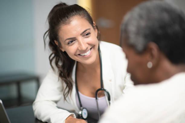 患者と話す - 一般開業医 ストックフォトと画像
