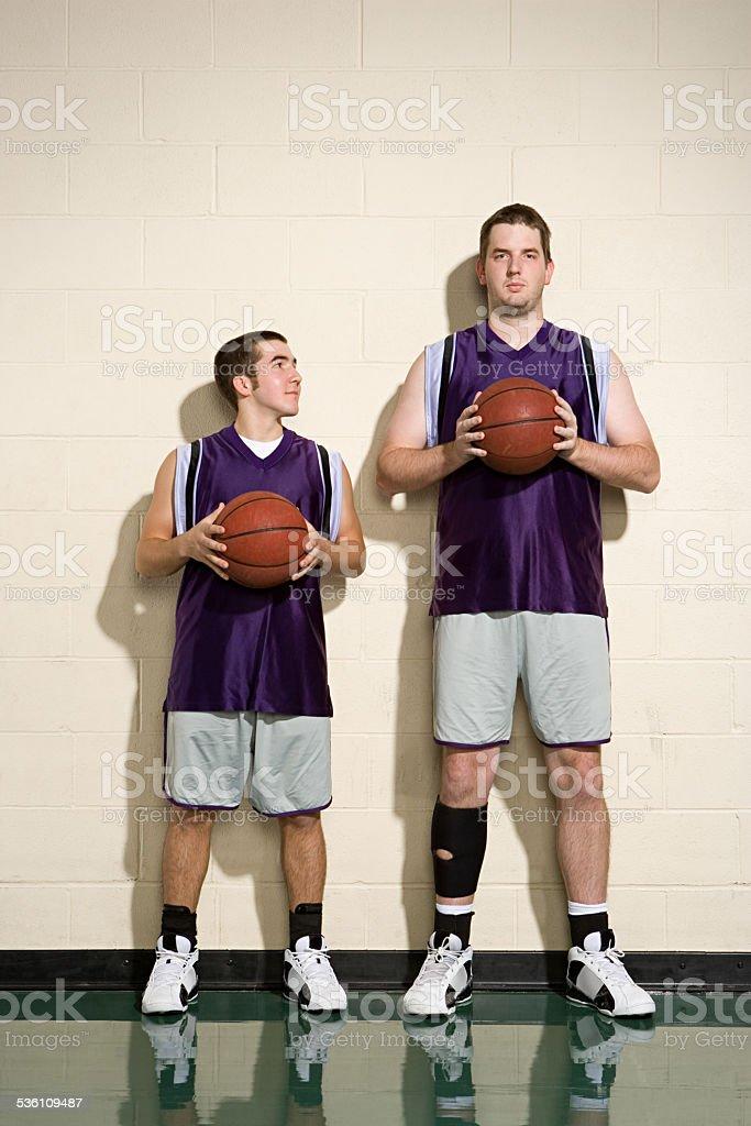 Große und kurze basketball player – Foto
