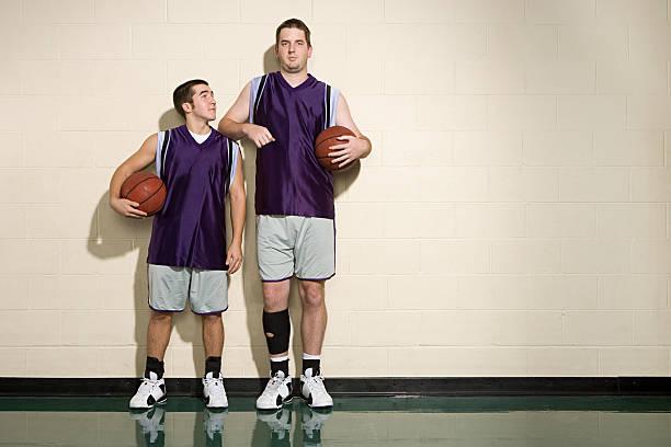 Tall et short de joueurs de basket - Photo