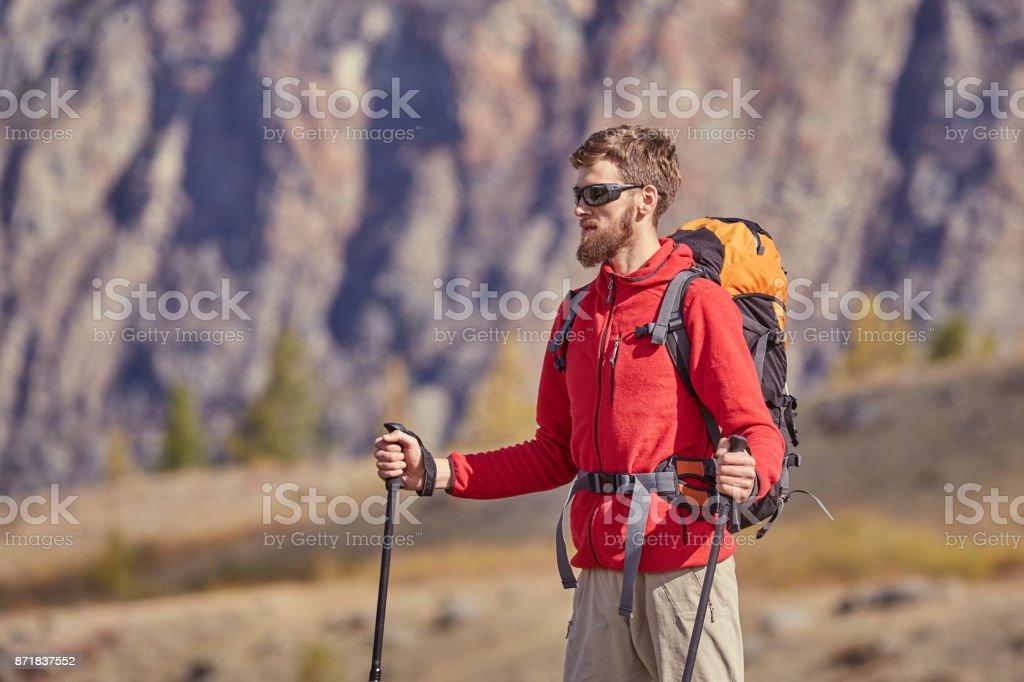 Hohen Backpacker mit Stangen in der hand. – Foto