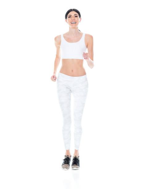 große schöne frau trägt sportbekleidung - laufen - damen hosen größe 27 stock-fotos und bilder