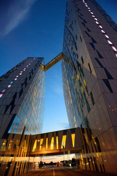 hohes gebäude für blauen himmel zu erreichen. nacht - hotels in kopenhagen stock-fotos und bilder