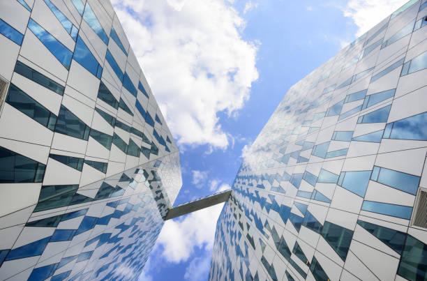 hohes gebäude für blauen himmel erreichen - hotels in kopenhagen stock-fotos und bilder