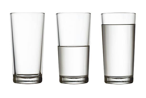 pé vazio, metade e todo um copo de água isoladas - meio cheio - fotografias e filmes do acervo