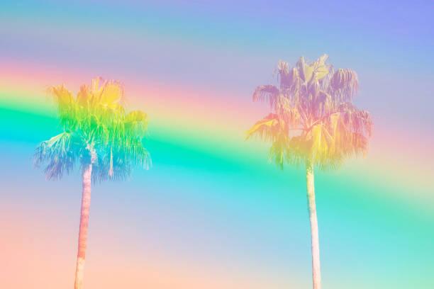 Palmen am Himmelshintergrund getönten in Vanille Pastell Farben des Regenbogens. Surrealistische funky Stil. Platz für Text zu kopieren. Tropischer Strand Urlaub Fernweh. Karte Plakat Flyer Party Einladung Vorlage – Foto