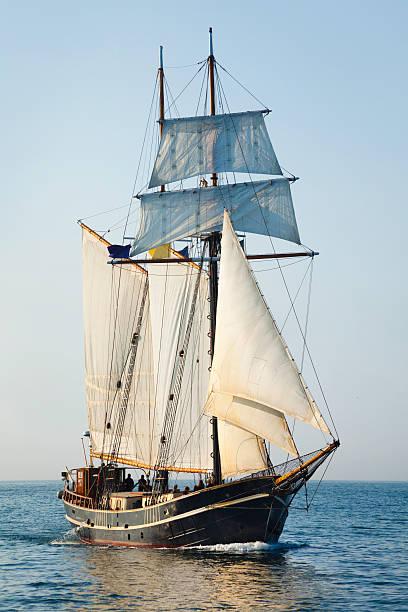 windjammer segeln im offenen meer am morgen - versandrolle stock-fotos und bilder