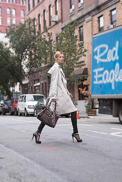 een lange vrouw oversteken van de straat in manhattan - street style stockfoto's en -beelden