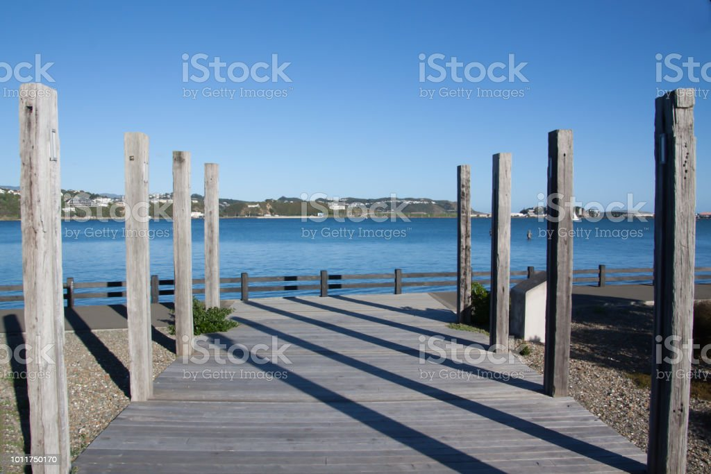 Altura Postes De Madera En Una Terraza Junto Al Mar Foto De