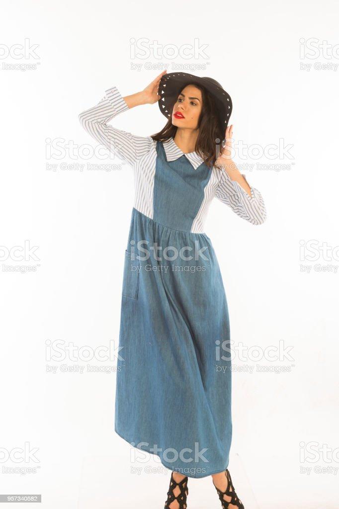 d798ffeac3 mulher jovem europeu alta posando no estúdio com vestido de saia longa e  chapéu em Istambul