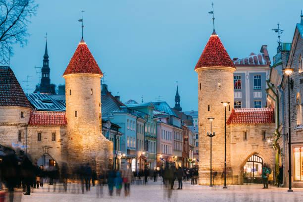 tallinn, estonya. ünlü viru gate akşam veya gece aydınlatma, sokak aydınlatma. noel, noel, yılbaşı tatil tatil oteli. popüler turistik yer - estonya stok fotoğraflar ve resimler