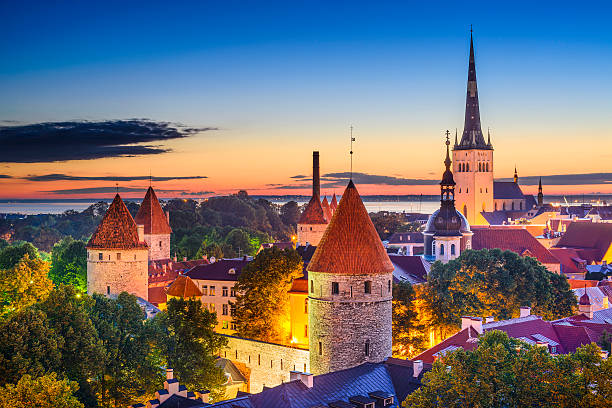 altstadt von tallinn estland - kirchturmspitze stock-fotos und bilder