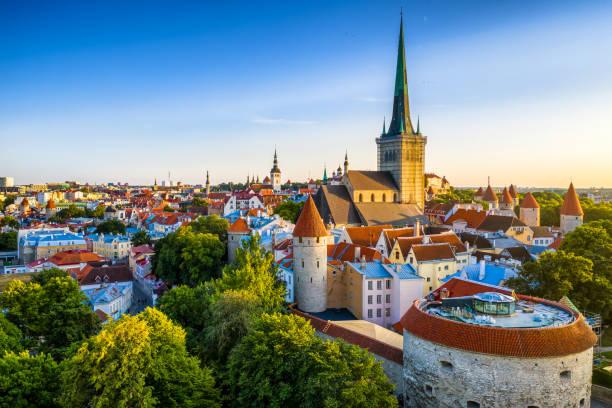 gün batımında şişman margaret kulesinden tallinn old town havadan görünümü. estonya - estonya stok fotoğraflar ve resimler