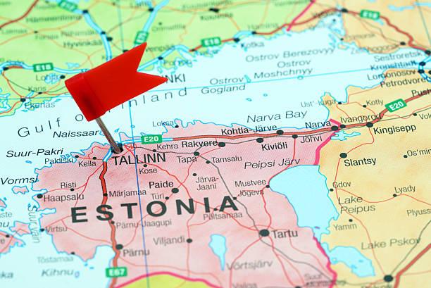 tallinn pinned on a map of europe - estonya stok fotoğraflar ve resimler