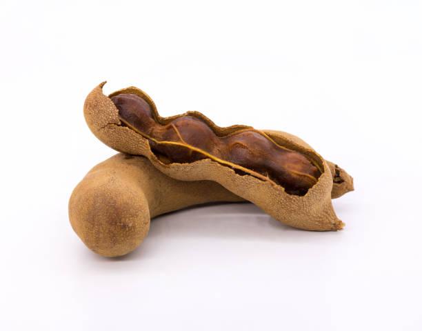 tamarin sur fond isolé. frais de fruits doux et aigre goût. - tamarin photos et images de collection