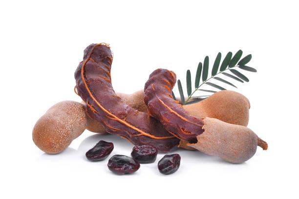tamarin avec des feuilles et des graines, des fruits tropicaux, isolés sur fond blanc - tamarin photos et images de collection