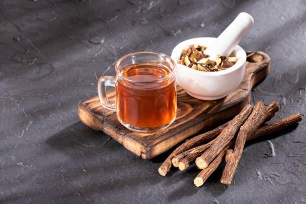 tamarindus indica - delicious drink tamarind juice - liquirizia foto e immagini stock