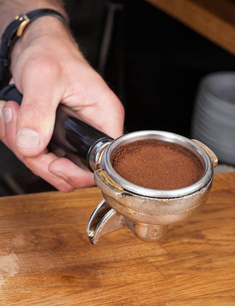Tamping der Kaffee – Foto
