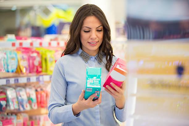 tampon versus sanitary pad - drogerie stock-fotos und bilder
