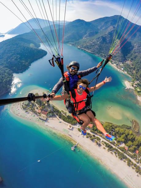 tandem sprong in paragliding. - extreme sporten stockfoto's en -beelden