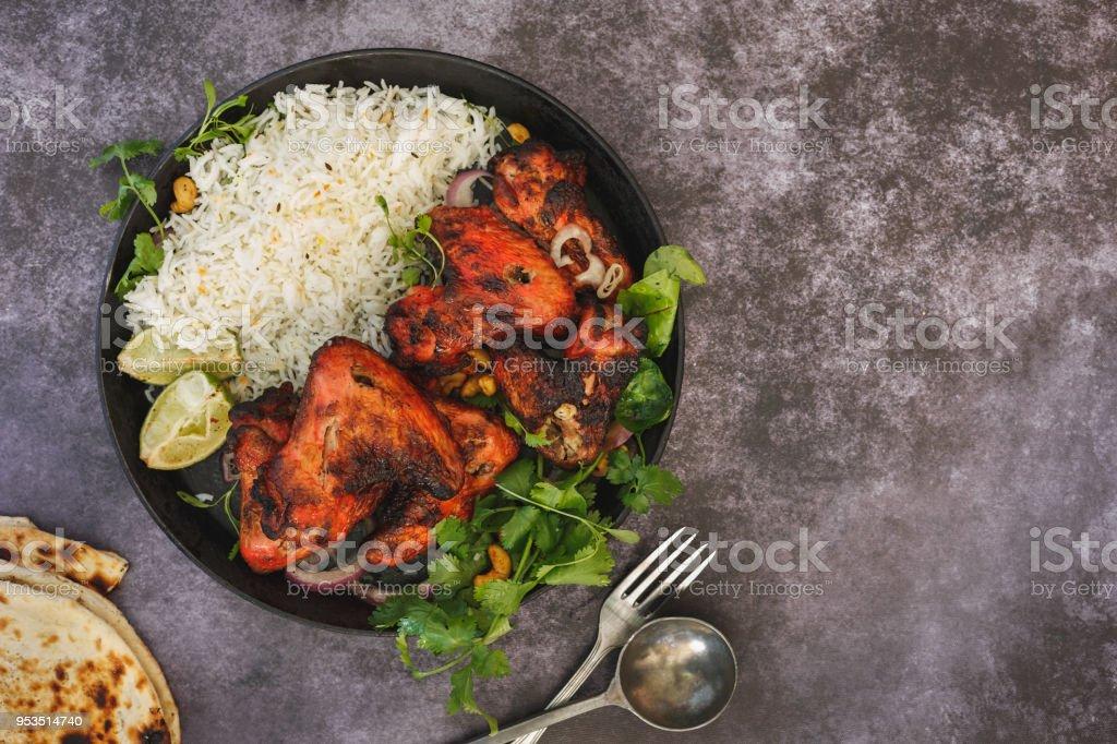Asas de frango tandoori temperado serviram com arroz pilau - foto de acervo