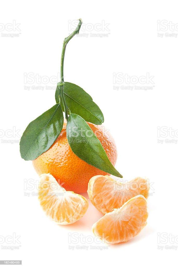 Tangerine con una hoja, la sala de vapor y tres porciones sobre blanco foto de stock libre de derechos