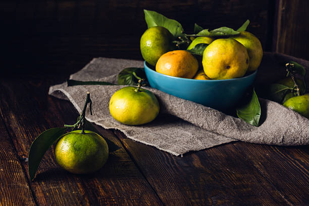 tangerines in blue bowl - nature morte photos et images de collection
