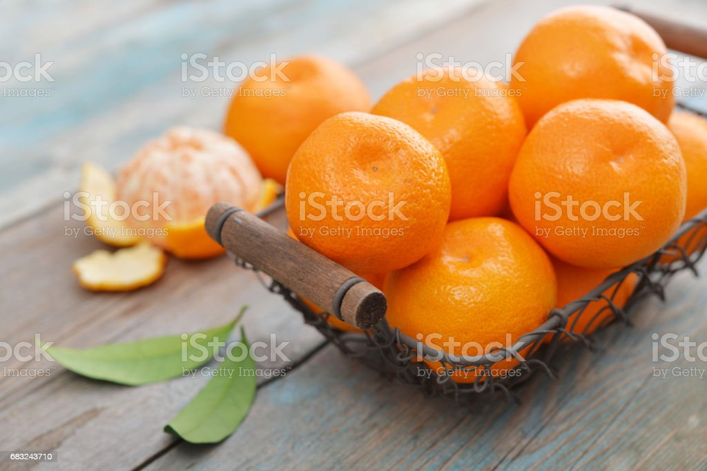 Mandarinen im Metallkorb Lizenzfreies stock-foto