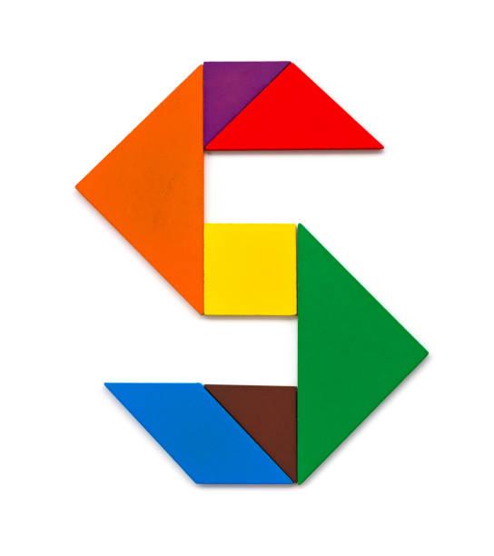 tangram gevormd als een letter s op witte achtergrond - s stockfoto's en -beelden
