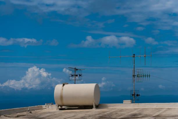 Tank und Antennen gegen blauen Himmel – Foto
