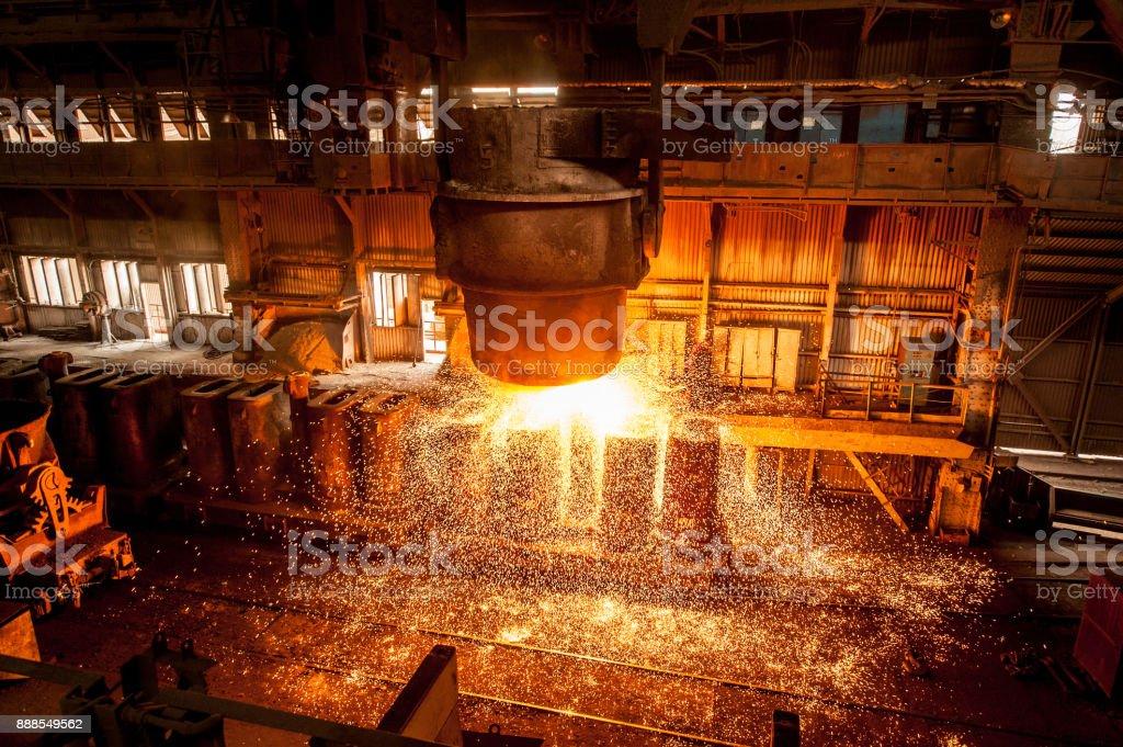 Débardeur pénètre le liquide acier dans les formulaires - Photo