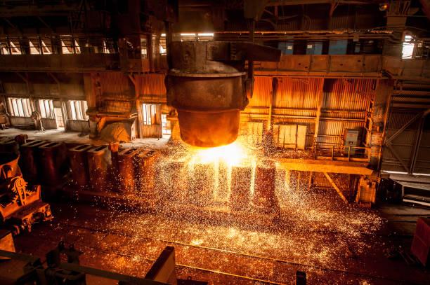 tank stroomt het vloeibare staal in de formulieren - krachtapparatuur stockfoto's en -beelden