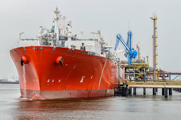 lng tanker in port - aangemeerd stockfoto's en -beelden