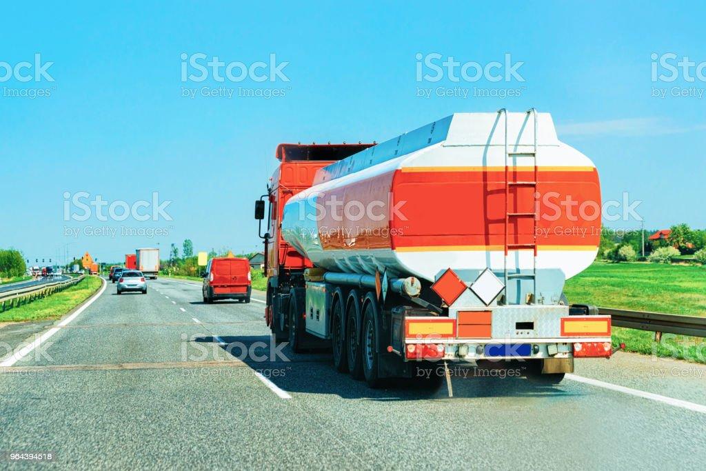 Cisternas de armazenamento em estrada na Europa República Checa - Foto de stock de Autoestrada royalty-free