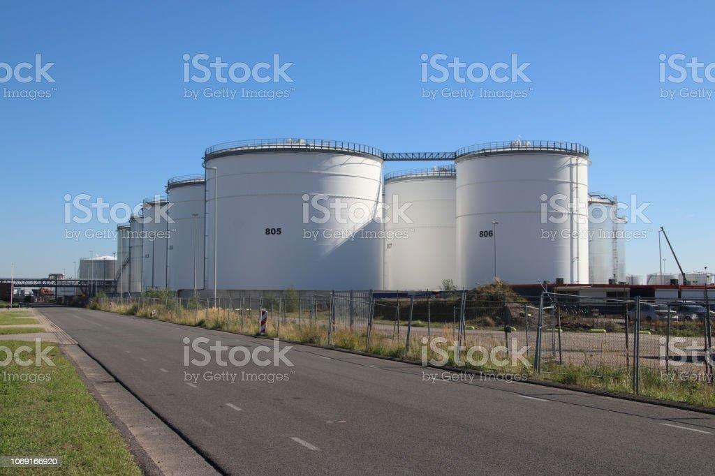 Tanks in een chemische fabriek of raffinaderij op de botlek haven in Rotterdam foto