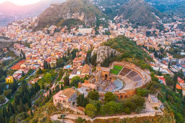 陶爾米納劇院,露天劇場,競技場是義大利西西里島的一個小鎮。傍晚日落時分從上面看鳥瞰圖。 - 陶爾米納 個照片及圖片檔