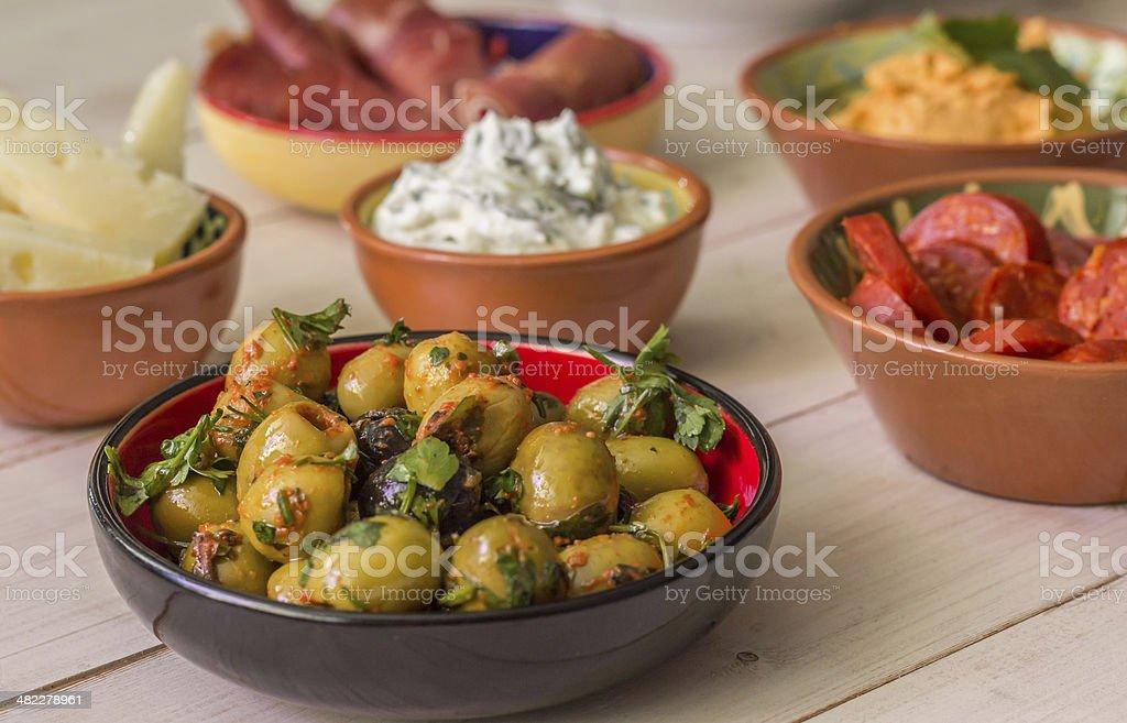 Tapas, verde, aceitunas, chorizo, manchego, tzatziki y jamón crudo - Foto de stock de Aceituna libre de derechos