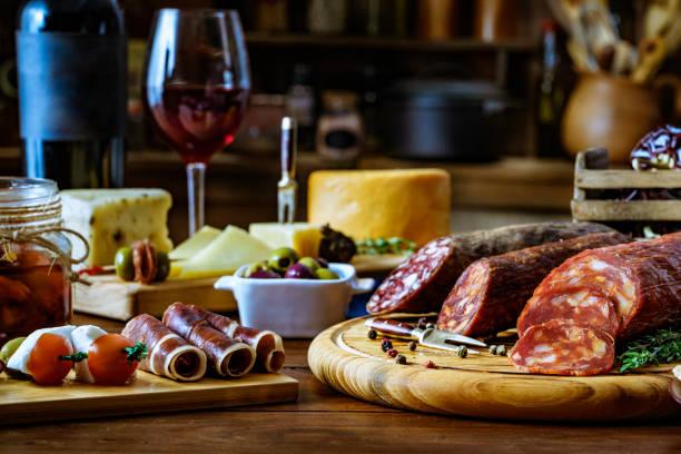 Tapas de fromage, jambon salé, vin de salami et chorizo sur une table en bois rustique - Photo
