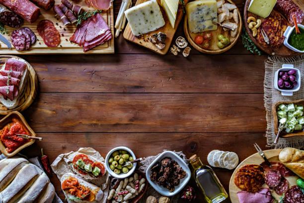 Tapas de jambon salé et fromage délicieux apéritif sur table en bois rustique avec espace de copie - Photo