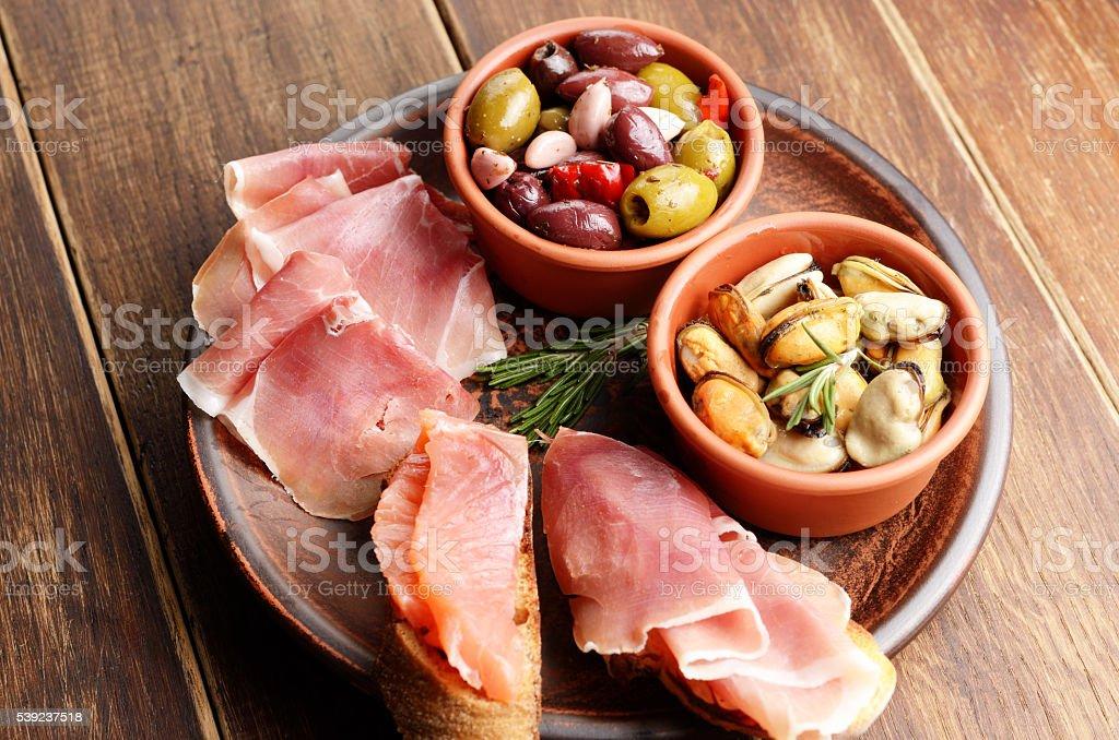 Tapas de salmón, mejillones, jamón y de aceitunas foto de stock libre de derechos