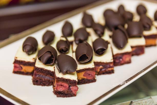 tapas roter samt-kuchen mit schokolade obendrauf - hausgemachte hochzeitstorten stock-fotos und bilder