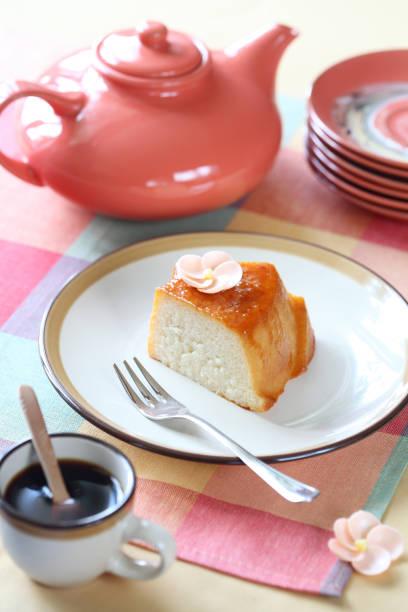 pudding au tapioca - pudding au lait roses photos et images de collection