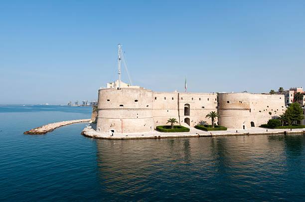 Taranto (Puglia, Itália)-velho castelo à beira-mar - foto de acervo