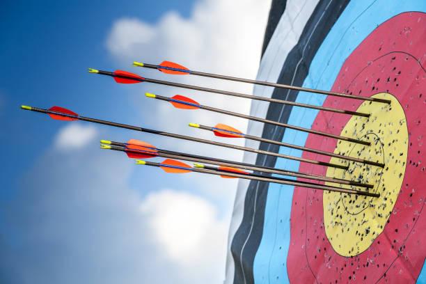 cible et flèches, sport de tir à l'arc. - tir à l'arc photos et images de collection