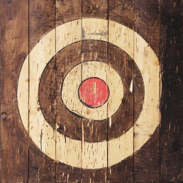 ziel ist painted auf hölzernen planken - target raumgestaltung stock-fotos und bilder