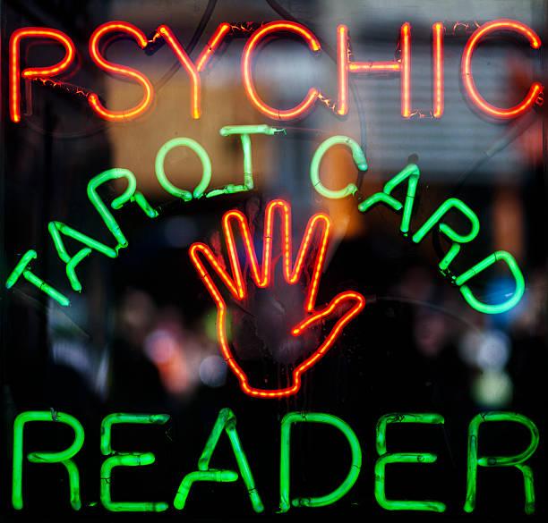 tarot card reader. - zeichen lesen stock-fotos und bilder